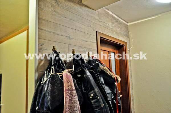 Vinylova podlaha na stene