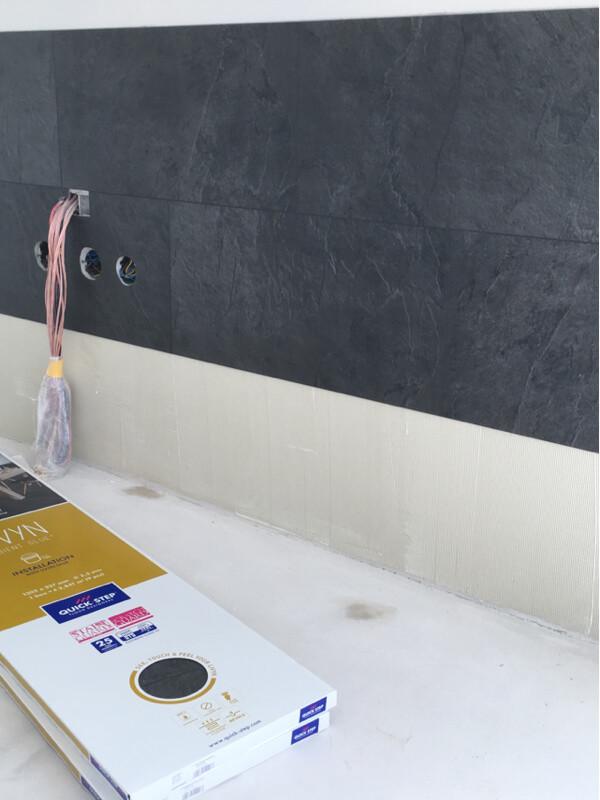 Lepenie vinylovej podlahy na stenu