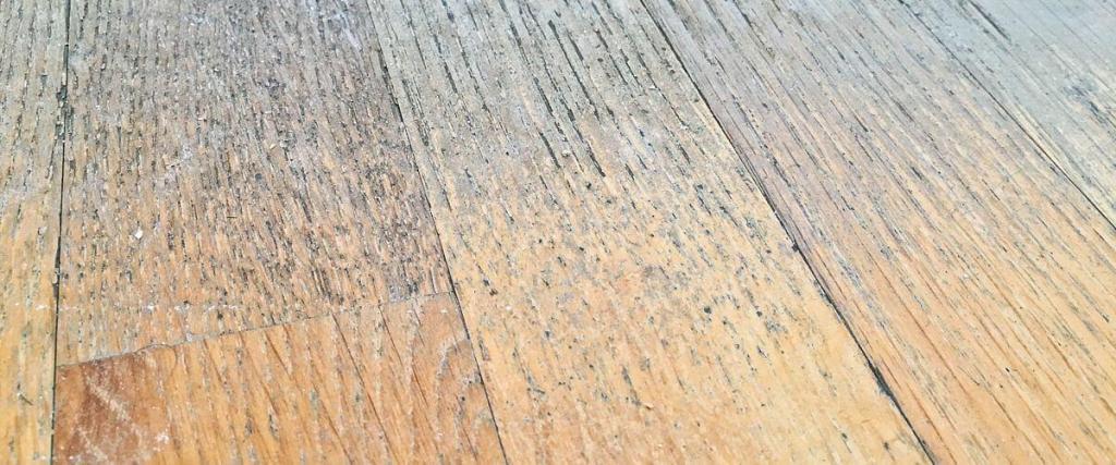 Poškodené drevené parkety