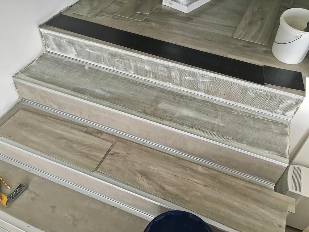 Lepenie vynilovej podlahy na schodisko