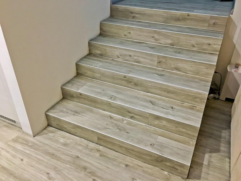 Hotové schodisko pokryté lepenou vinylovou podlahou.