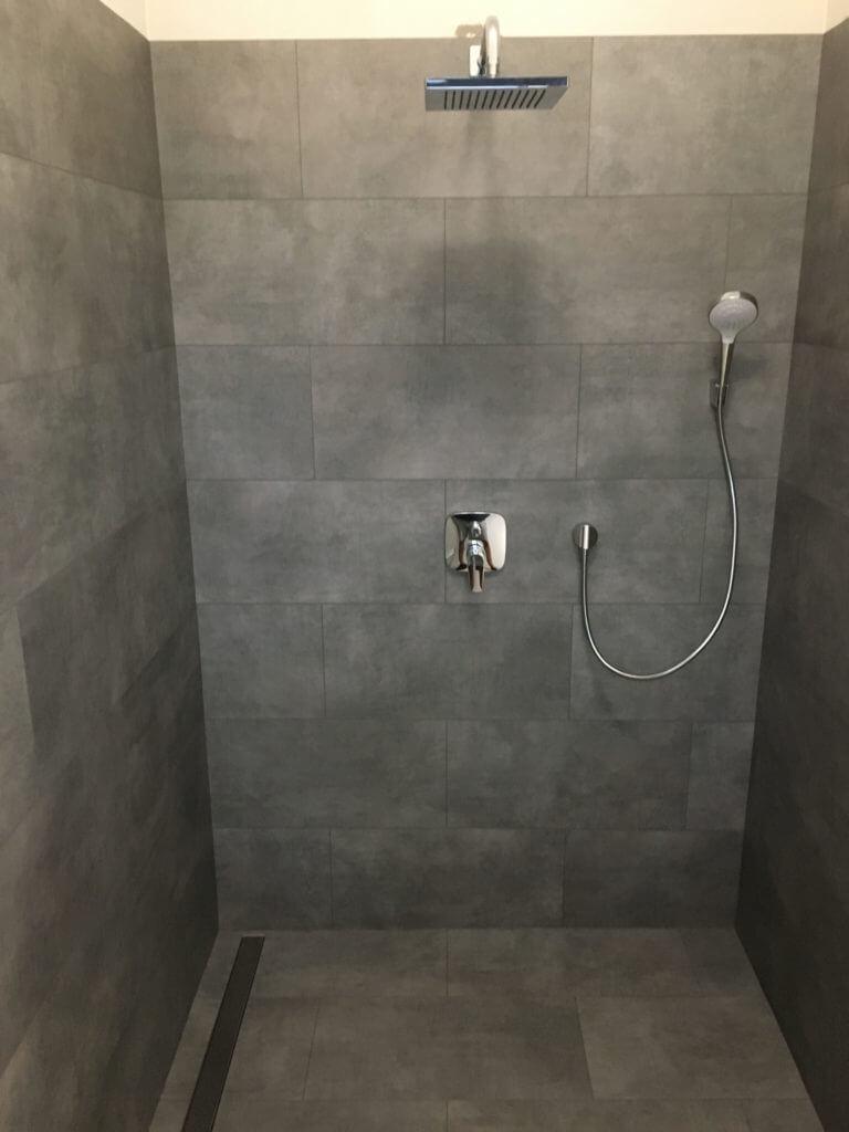 Vinyl nalepený v sprchovom kúte